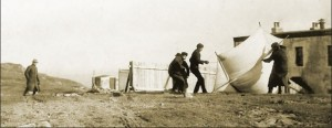 Marconi and assistants raising kite at Signal HIll, 1912